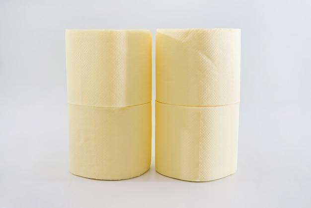 Kilka rolek papieru toaletowego na białym tle.