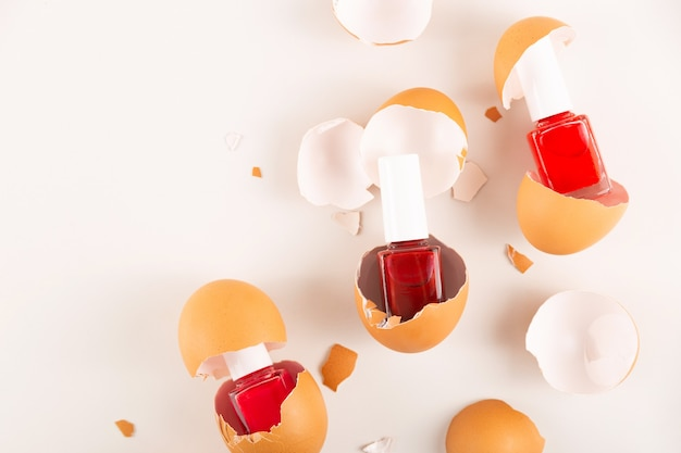 Kilka różnych czerwonych lakierów do paznokci w skorupce jajka
