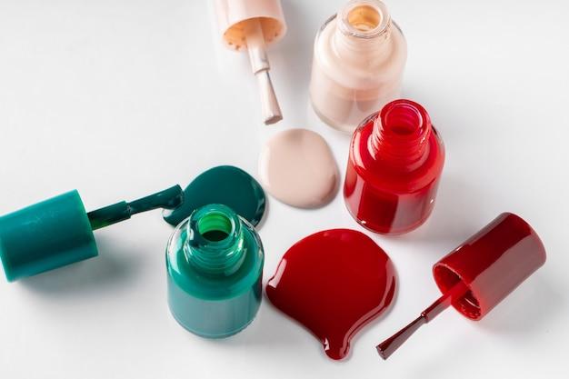 Kilka rozpieczętowane butelki lakier do paznokci na białym tle