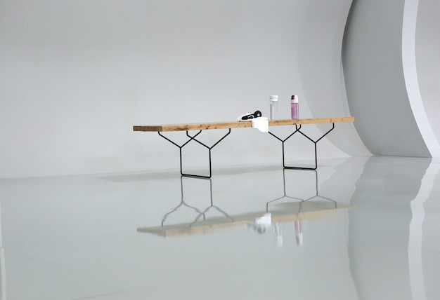 Kilka rzeczy postawionych na ławce w pokoju fitnesu