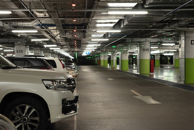 Kilka samochodów na parkingu podziemnym