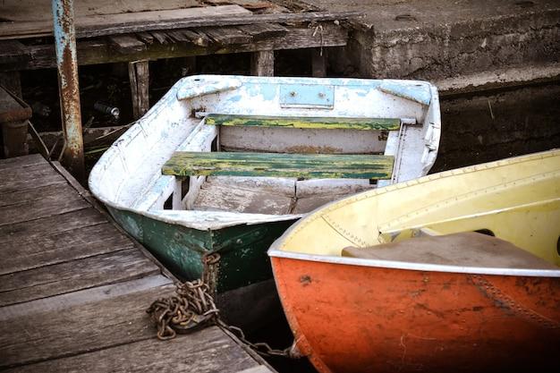 Kilka starych łodzi na doku