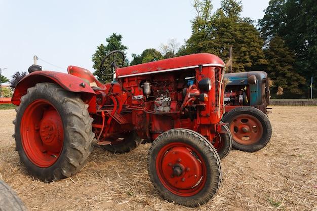 Kilka starych traktorów, rolnictwo, życie na wsi