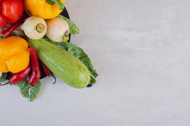 Kilka surowych warzyw na kamiennym stole. wysokiej jakości zdjęcie