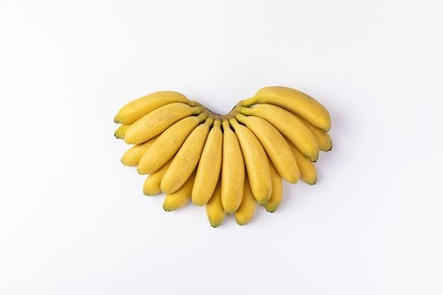 Kilka świeżych bananów na białym tle
