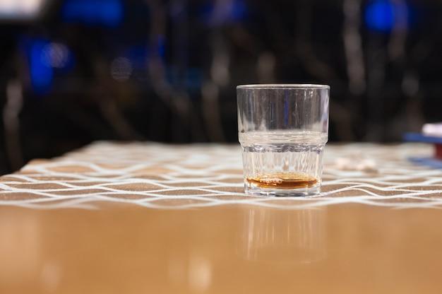 Kilka szklanek brazylijskiej cachaca na białym tle na rustykalnym drewnianym tle, wariacje i rodzaje brazylijskiej cachaca, typowy napój z brazylii.