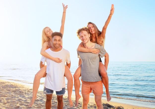 Kilka wieloetnicznych młodych ludzi na plaży