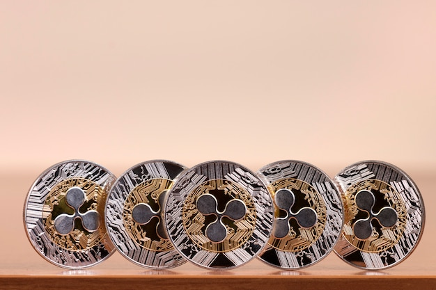 Kilka wyrównanych monet marszczących
