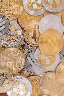 Kilka wyrównanych monet waluty kryptograficznej