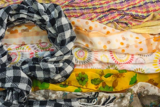 Kilka wzorów na chusty i wiele kolorów na stole, zima szalik jest wymagany więcej