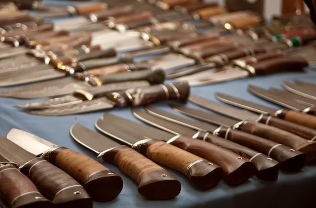 Kilka z rzędu noży myśliwskich.