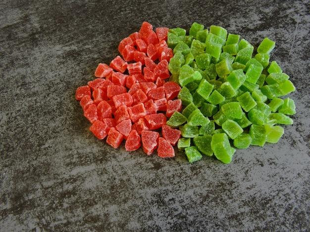 Kilka zielonych i czerwonych kandyzowanych owoców.