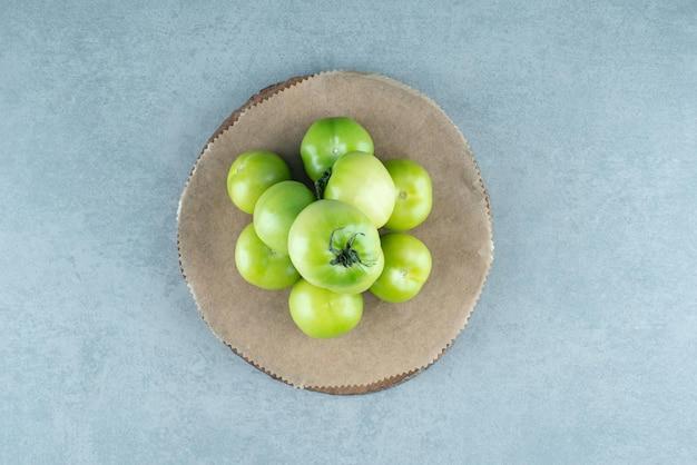Kilka Zielonych Pomidorów Na Drewnianym Kawałku. Darmowe Zdjęcia