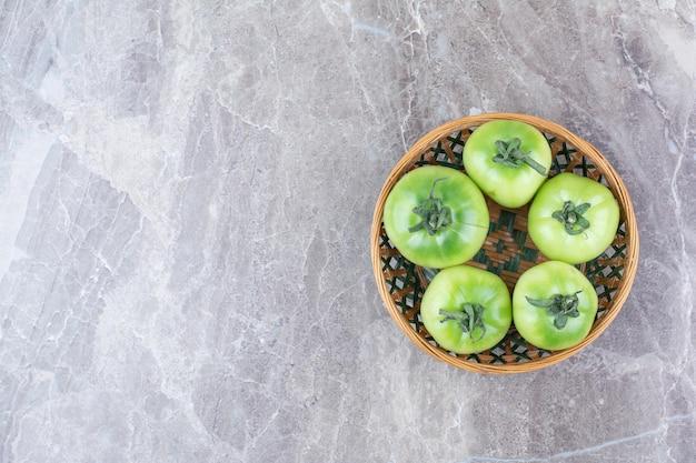 Kilka zielonych pomidorów w ceramicznej misce