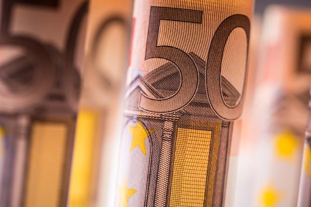 Kilkaset banknotów euro ułożone według wartości.rolki banknoty euro.pieniądze waluty euro. banknoty ułożone jeden na drugim w różnych pozycjach.