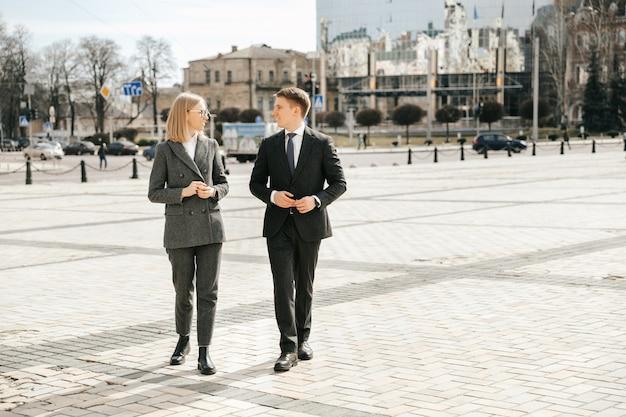 Kilku biznesmenów spaceruje po mieście w garniturach przed biurem
