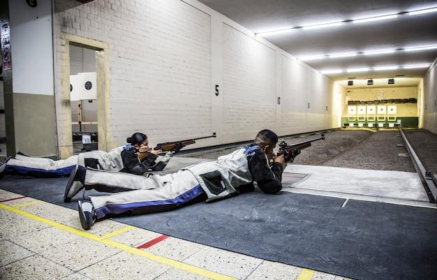 Kilku kadetów wojskowych na treningu strzeleckim