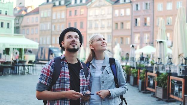 Kilku turystów korzystających ze smartfona i podziwiających przepiękną okolicę