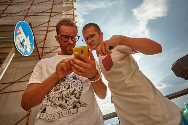 Kilku turystów szuka kierunku w nawigacji przez telefon