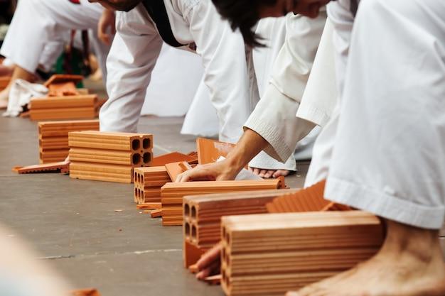 Kilku uczniów karate wykazuje swoje umiejętności