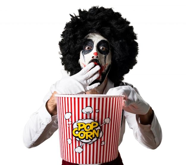 Killer clown jedzenie popcorns