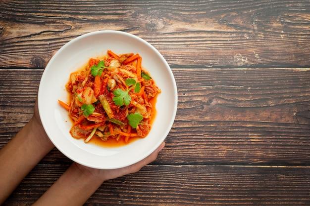 Kimchi gotowe do spożycia na białym talerzu