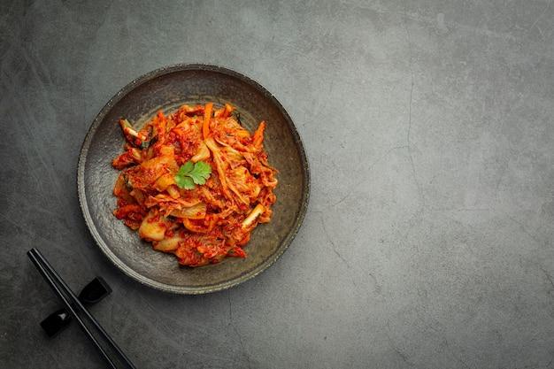Kimchi gotowe do spożycia w czarnym talerzu