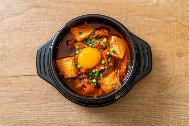 """kimchi jjigae"" lub zupa kimchi z tofu i jajkiem lub koreański gulasz kimchi"