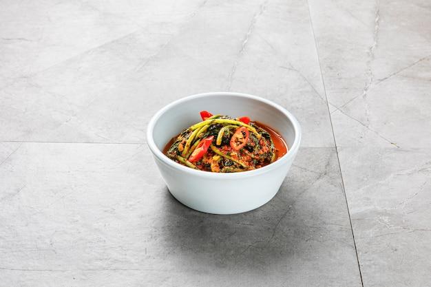 Kimchi (koreańska żywność fermentowana) na szarym tle