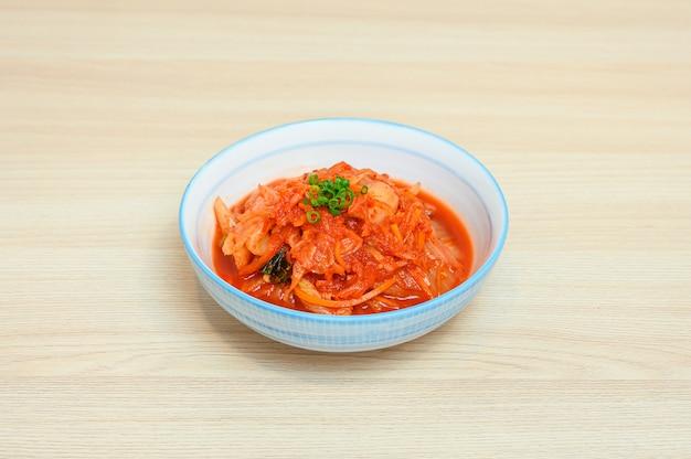 Kimchi napa z kapustą w białej misce z dodatkami