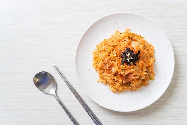 Kimchi smażony ryż z wodorostami i białym sezamem - koreański styl jedzenia