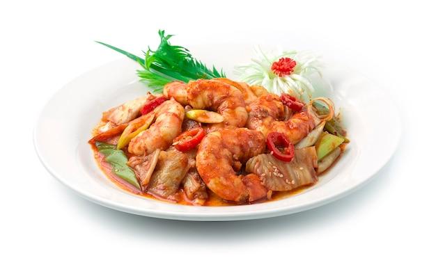 Kimchi stir fried with shrimps korean food style z kotletem z cebuli dymnej por udekoruj sezam, rzeźbiony kwiat pora i szczypiorek.