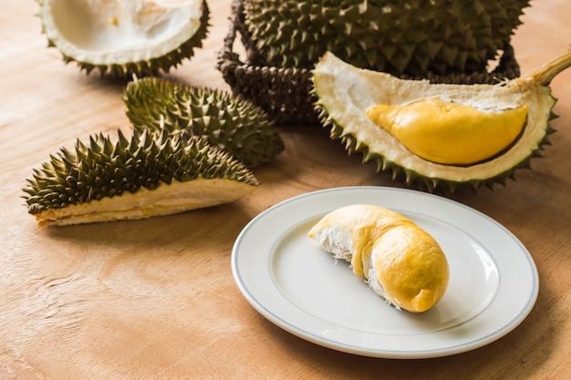 King of fruits, durian jest popularnym tropikalnym owocem w krajach azjatyckich.