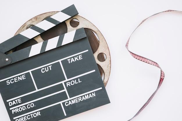 Kino clapperboard z rolką filmową