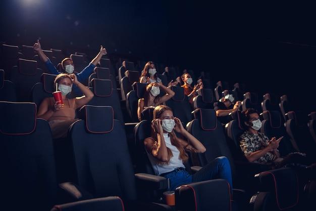 Kino, kino podczas kwarantanny. zasady bezpieczeństwa podczas pandemii koronawirusa