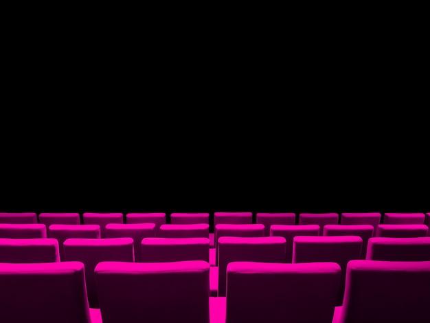 Kino kinowe z różowymi rzędami siedzeń i czarną powierzchnią przestrzeni kopii