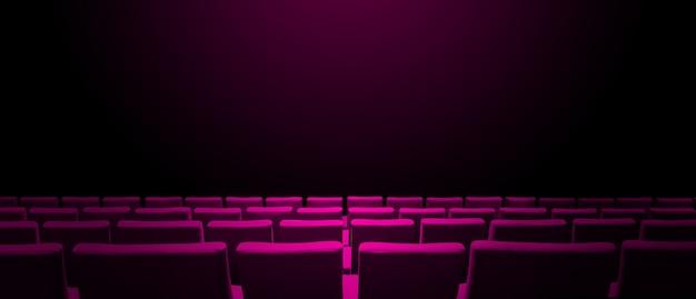 Kino kinowe z różowymi rzędami siedzeń i czarnym