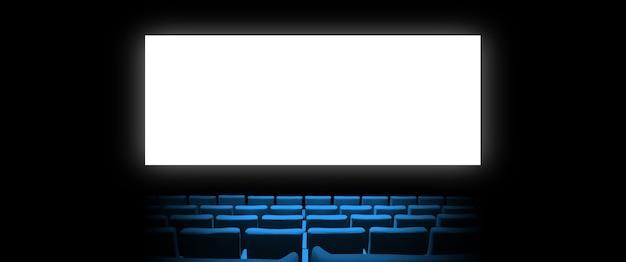 Kino kinowe z siedzeniami z niebieskiego aksamitu i pustym, białym ekranem
