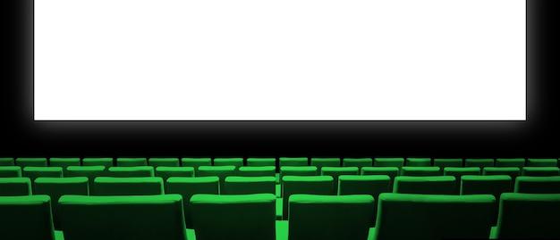 Kino kinowe z zielonymi aksamitnymi siedzeniami i pustym białym ekranem.