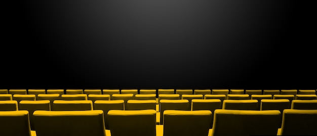 Kino kinowe z żółtymi rzędami siedzeń i czarnym