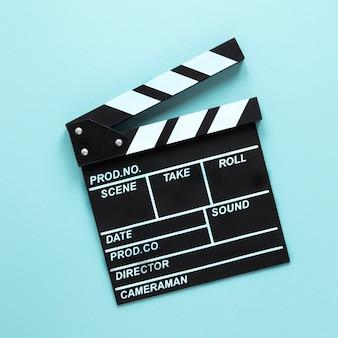 Kino klapy na niebieskim tle