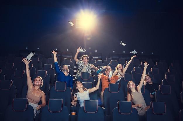 Kino podczas kwarantanny pandemii koronawirusa zasady bezpieczeństwa dystans społeczny