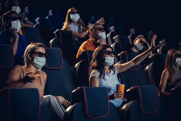 Kino podczas kwarantanny zasad bezpieczeństwa pandemii koronawirusa