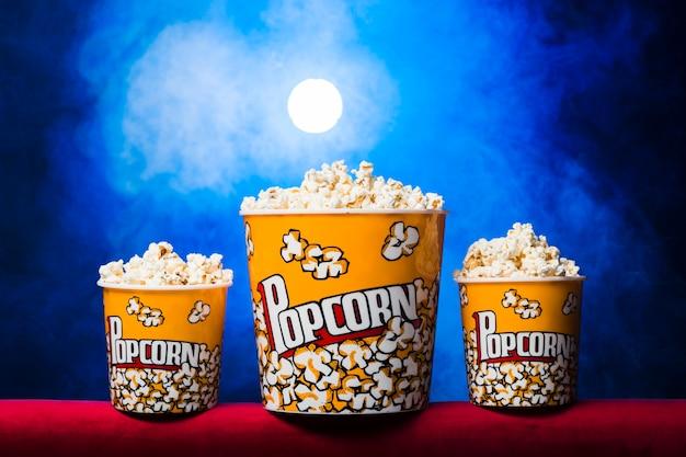 Kino z pudełkiem popcornu