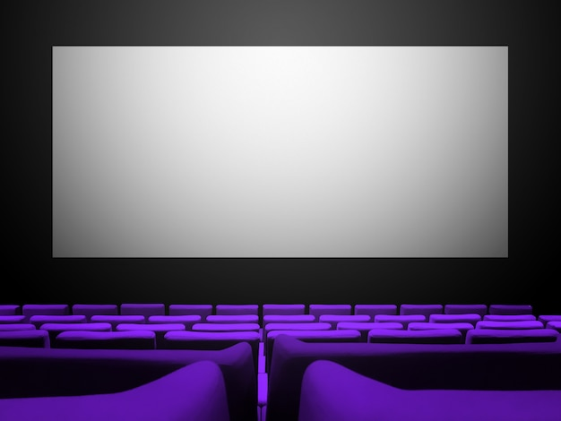 Kino z siedzeniami z fioletowego aksamitu i pustym białym ekranem. skopiuj tło przestrzeni
