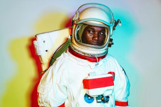 Kinowy obraz astronauty kolorowy portret mężczyzny w skafandrze kosmicznym