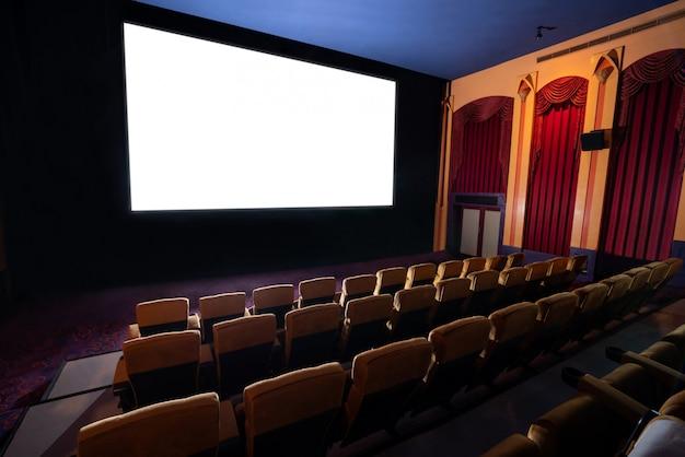 Kinowy teatr pokazuje pustego białego filmu ekran