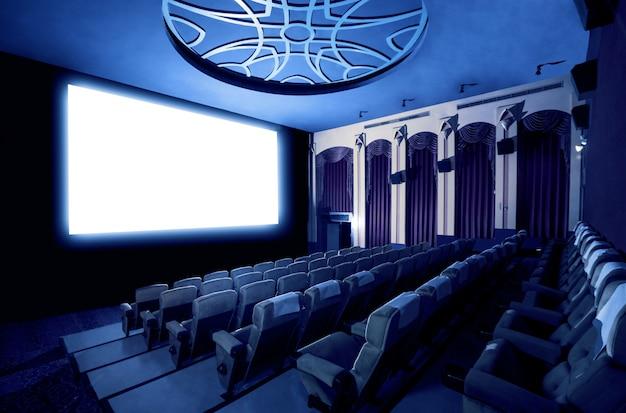 Kinowy teatr pokazuje pustego białego filmu ekran.