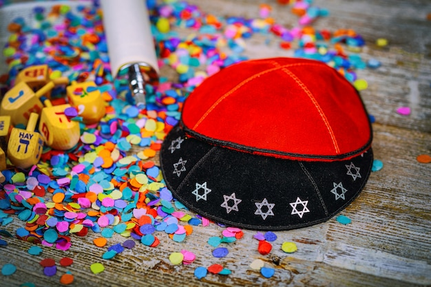Kippahs Yarmulkes Jewish Wooden Dreidel For Chanuka On Torah And A Kippah Premium Zdjęcia