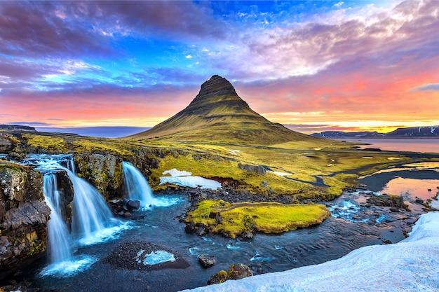 Kirkjufell o wschodzie słońca na islandii. piękny krajobraz.
